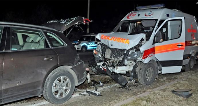 Ambulans otomobile çarptı: 4 yaralı