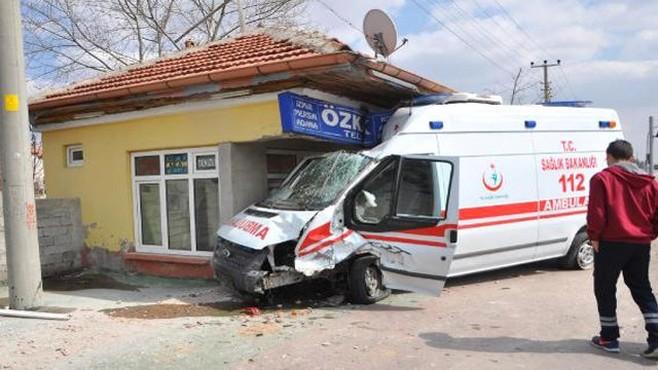 Otomobille Çarpışan Ambulans, Bilet Satış Noktasına Daldı: 6 Yaralı