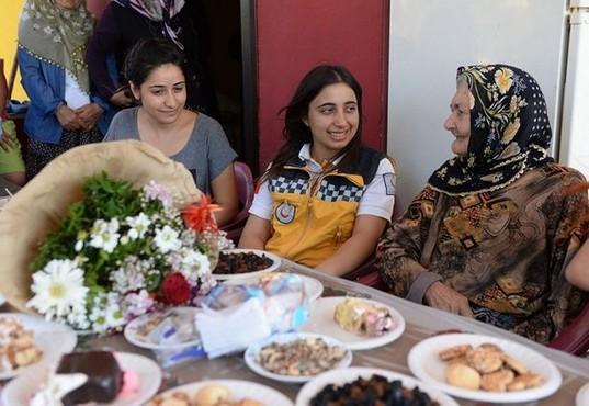 105 yaşında... 112 sağlık çalışanları ile doğum gününü kutladı