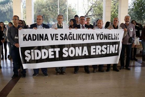 Sağlık çalışanlarından 'şiddet' protestosu