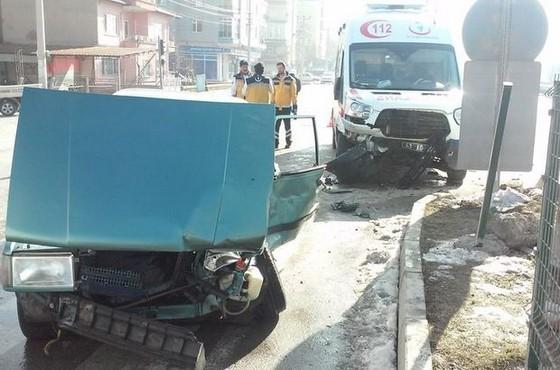 Kütahya'da ambulans ile otomobil çarpıştı