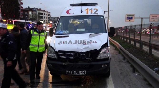 Bariyerlerin üstünden atlayan kadına ambulans çarptı