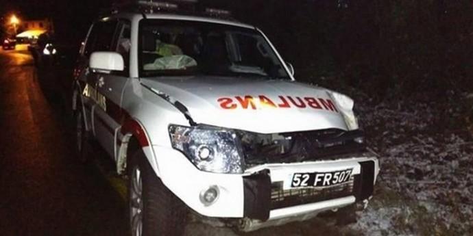 Ambulans şarampole yuvarlandı