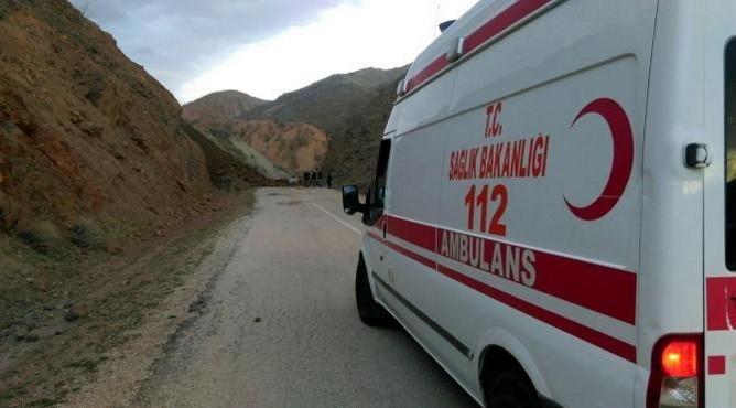 Hasta taşıyan ambulans heyelan nedeniyle mahsur kaldı