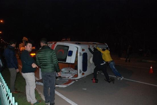 Hasta taşıyan ambulans kazaya karıştı: 6 yaralı