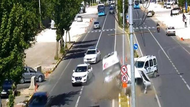 Ambulansın karıştığı zincirleme kaza kamerada