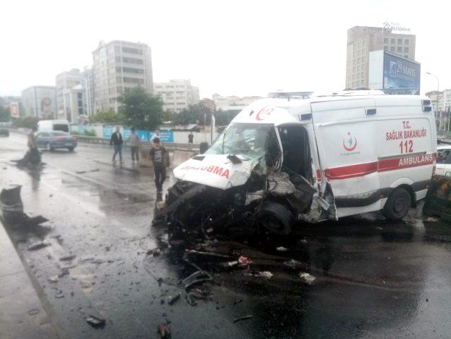 Ambulans Direğe Çarptı,3 Personel Yaralı