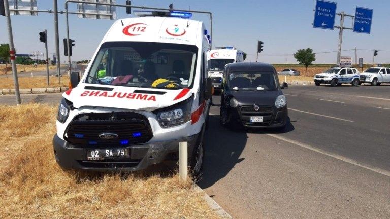 Ambulans ile Hafif Ticari Araç Çarpıştı: Paramedikler Yaralandı