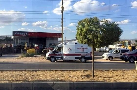 Ambulans ile kamyon çarpıştı: 3 yaralı