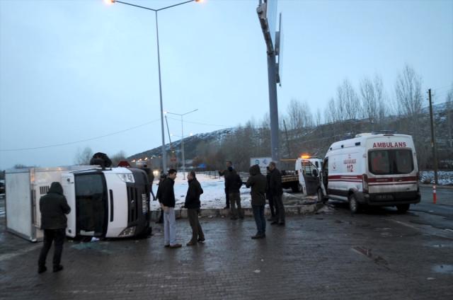 Ambulans İle Kamyonet Çarpıştı: 9 Yaralı