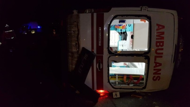 Ambulans ile otomobil çarpıştı! 8 yaralı