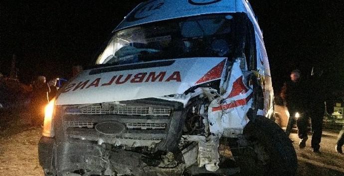 Ambulans İle Otomobil Çarpıştı: 2 Ölü, 7 Yaralı