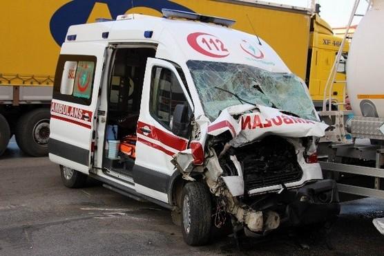 Ambulans ile Tanker Çarpıştı: 3 Yaralı