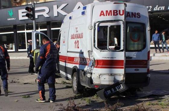 Ambulans ile ticari araç çarpıştı: 7 yaralı