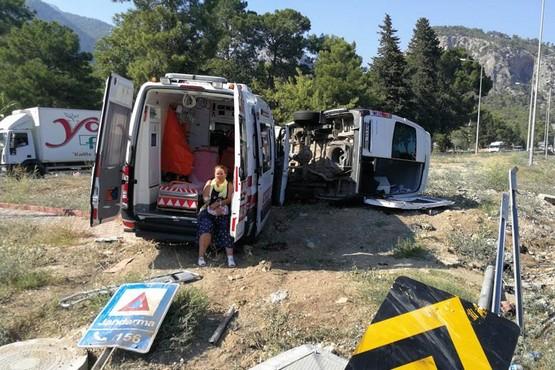 Ambulans ile tur minibüsü çarpıştı