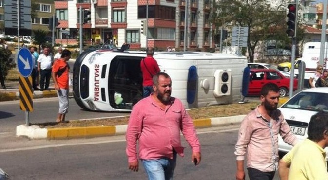 Ambulans kaza yaptı: 5 yaralı