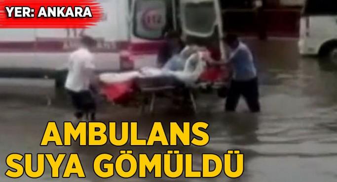 Ambulans suya gömüldü