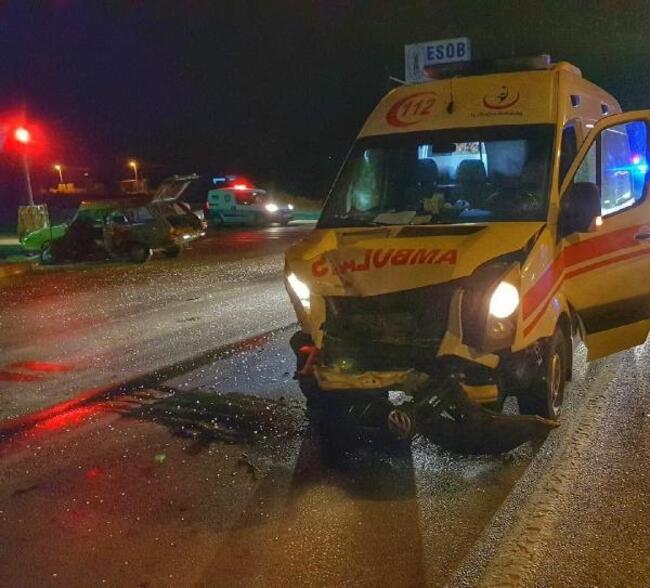 Ambulans ve Otomobil Çarpıştı: 4 Yaralı