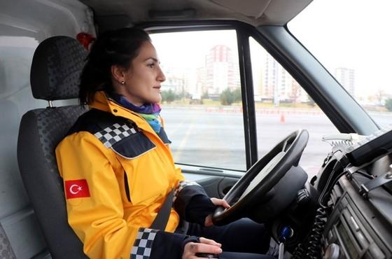 Ambulansta kadın sürücü gören şoförler yarışmaya kalkışıyor