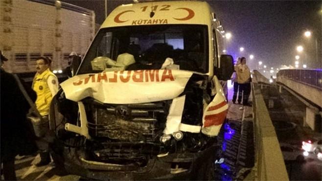 Hasta götüren ambulans kaza yaptı