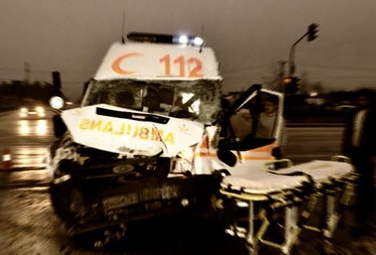 Ambulans Kaza Yapıp Devrildi: 4 Yaralı