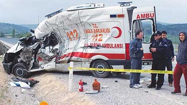Devrilen ambulanstaki yaralılar 6 saatte kurtarıldı