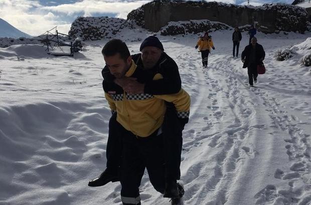 Fedakar 112 Ekipleri:Ambulansı kar engelleyince, hastayı sırtında taşıdı