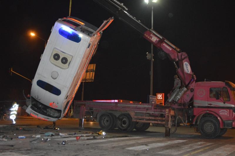 112 Ambulansı Kaza Yaptı: 1 Ölü 9 Yaralı