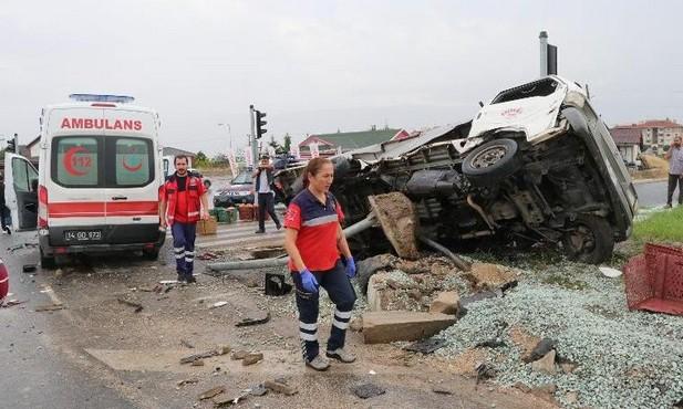 Hasta taşıyan ambulans kamyonetle çarpıştı: 6 yaralı