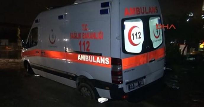 Hastaya giden ambulans çöken yola gömüldü