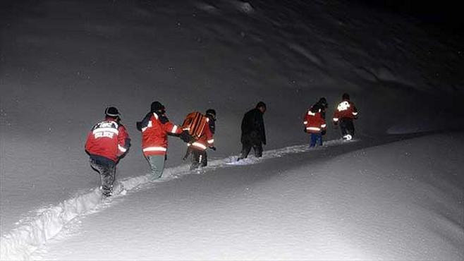 Kar geçit vermeyince hastaya yürüyerek ulaştılar