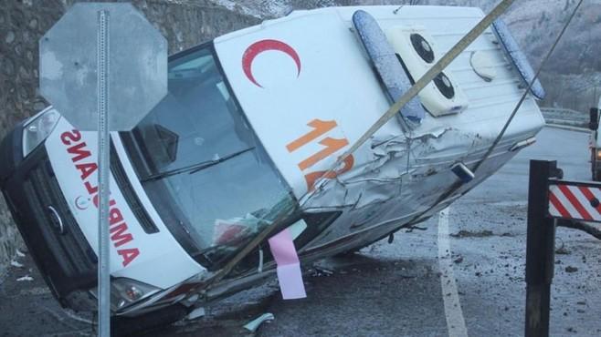 Kaza yerine giden ambulans buzlanma nedeniyle yan yattı!