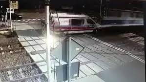 Tren Ambulansa Çarptı: 2 Ölü (Video Haber)