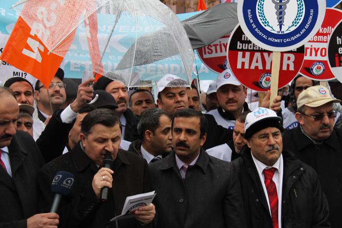 Toplu Sözleşme Yasa Tasarısına, Yağmur ve Polis Engeli Eşliğinde Protesto