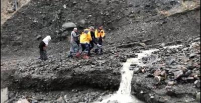 112 Ekibinin Azmi : Hastayı 2 kilometre yürüyerek ambulansa taşıdılar