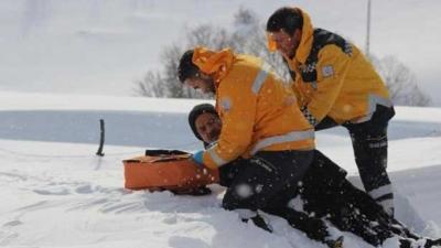 112 personeli,hastayı sırtında taşıdı