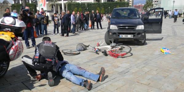İzmir'de Acil Tıp Teknisyenlerinden Gerçek Gibi Kaza Tatbikatı