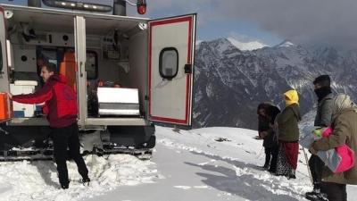 Sağlık ekiplerinin 7 saatlik ulaşım çabası: Karla kaplı uçurumu paletli ambulans ile geçtiler