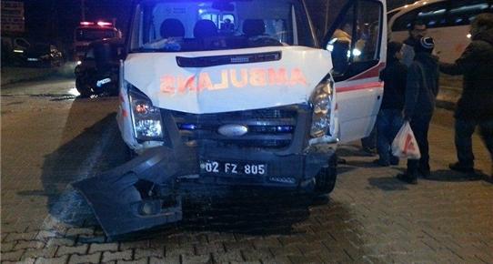 Adıyaman'da ambulans ile otomobil çarpıştı: 3 yaralı