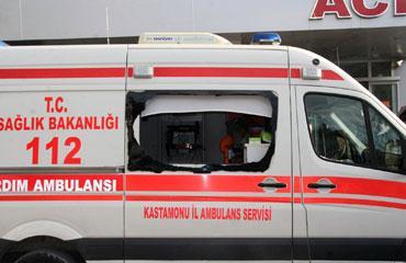 Yaralılar Bindikleri Ambulansın Camını Kırdı
