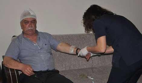 Oğlunun öldüğünü zanneden baba doktoru sopayla dövdü