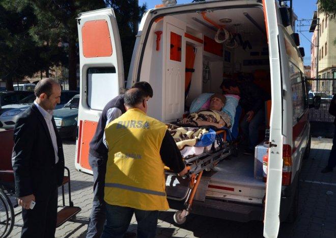 Bursa da yaşlı adam, oy kullanacağı okula 112 Acil Servis ambulansı ile taşındı.