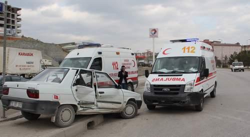 Karabük'te hasta almaya giden 112 ambulansı, otomobille çarpıştı