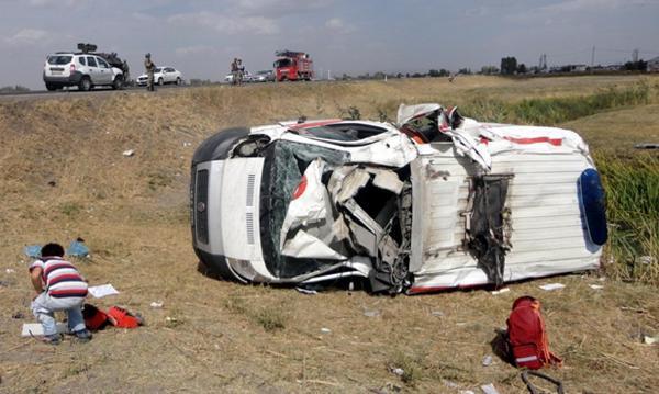 Ambulans takla attı: Hasta ve hemşire hayatını kaybetti!