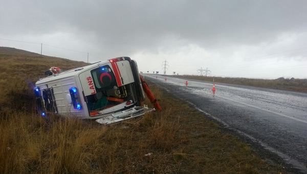 Hamile kadını taşıyan ambulans devrildi: 5 yaralı
