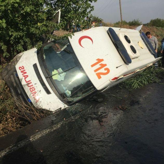 Mardin'den Diyarbakır'a Hasta Getiren Ambulans Kaza Yaptı