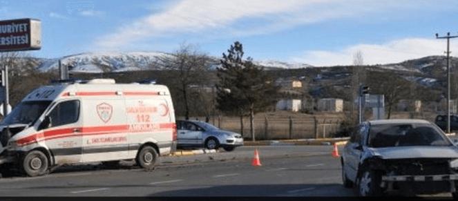 Sivas'ta Ambulans Otomobille Çarpıştı: 1 ATT Yaralandı