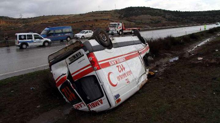 Hasta taşıyan ambulans takla attı