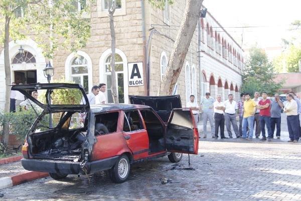 Ambulans şoförü otomobilini yaktı