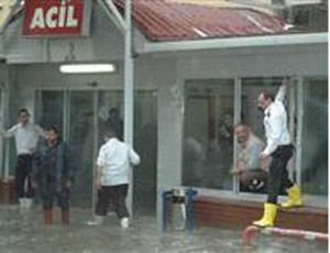 Acil servisi su bastı